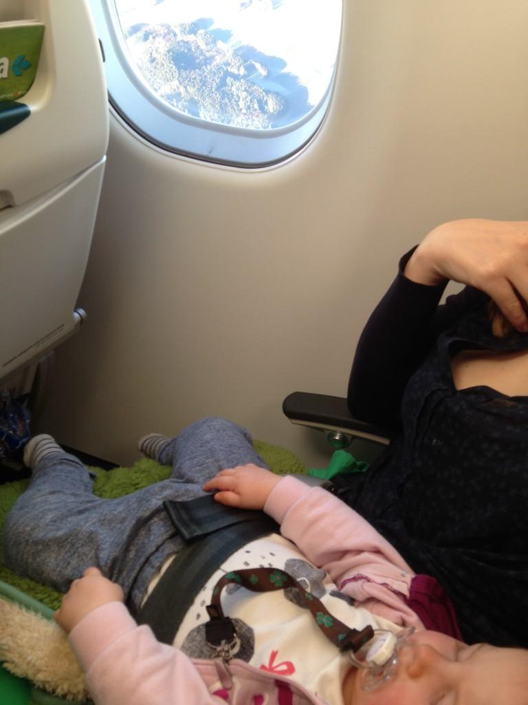 Cestovanie v lietadle s bábätkom na kolenách