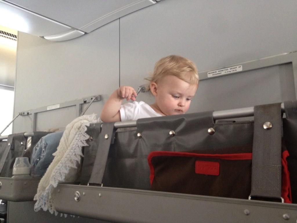 Pri dlhých letoch s bábätkom môže byť praktická cestovná vanička priamo v lietadle. Informujte sa na jej dostupnosť hneď po rezervácii letu, ich počet je obmedzený. Zdroj: www.flyingwithababy.com