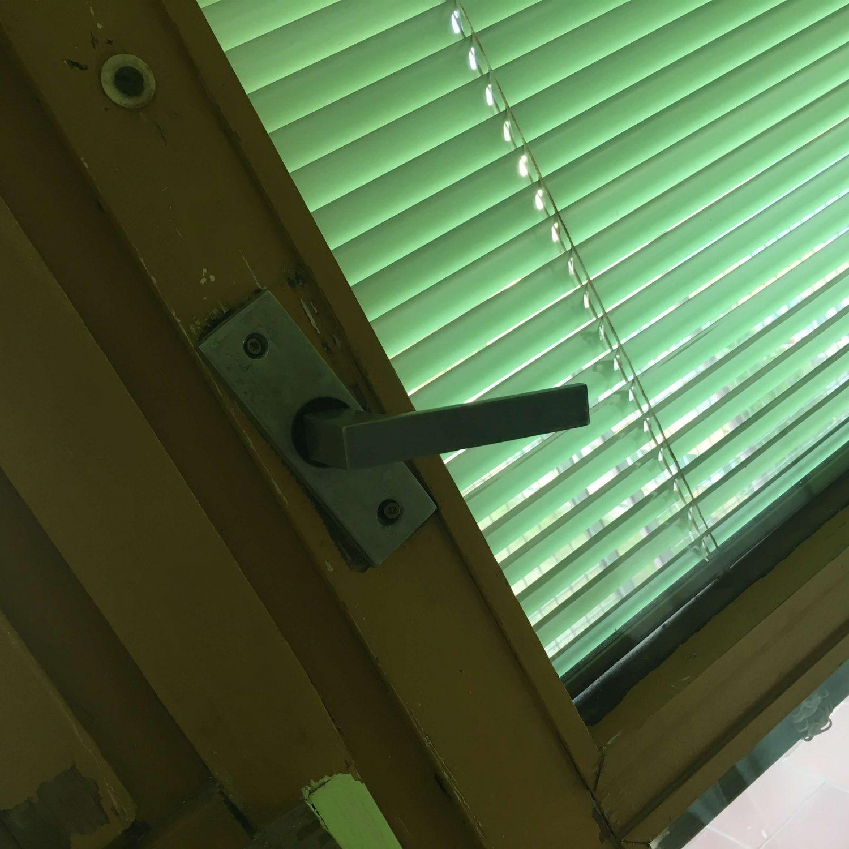 Okná na izbách boli v havarijnom stave - nielen že prefukovali, bolo veľmi náročné ich otvárach a každým použitím sme očakávali, že nám zostane kľučka alebo rám okna v rukách.
