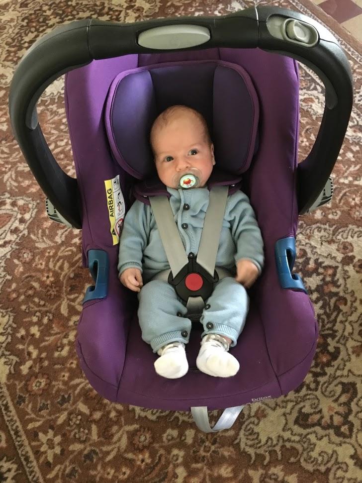 Autosedačka Britax Römer Baby-Safe Plus SHR ii na prvej návšteve s našim 5-kilovým potomkom. Čierna už nás nebavila, zámerne sme vybrali fialový odtieň (Mineral Purple), ktorý svedčí chlapcom i dievčatám. Čo poviete?