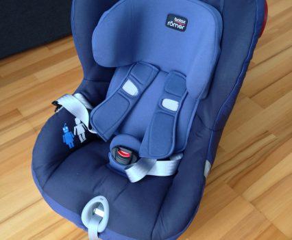 Nastaviteľný 5-bodový bezpečnostný pás autosedačky Britax Römer King II LS je pevný a z vnútornej strany vystužený. Pri vkladaní alebo vykladaní dieťaťa zo sedačky je potrebné pás úplne povoliť, preto jeho správne dotiahnutia stráži svetelná kontrolka.