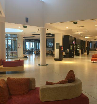 Priestranná hotelová lobby s recepciou pôsobí čisto a útulne.