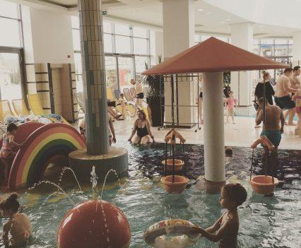 V bazéne pre najmenšie deti (od 6 mesiacov) sa deti vyšantili na šmýkačke a hračkami, ktoré boli k dispozícii. My rodičia sme ich mali v pohodlí pod kontrolou.