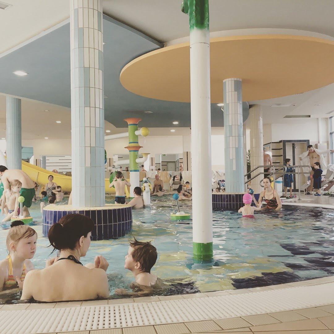 V bazény v rodinnej časti kúpeľov Sárvar sú usporiadané tak, aby mali rodičia dobrý prehľad nad dianím v bazéne alebo na šmýkačkách. Neraz aj z vírivky :-)