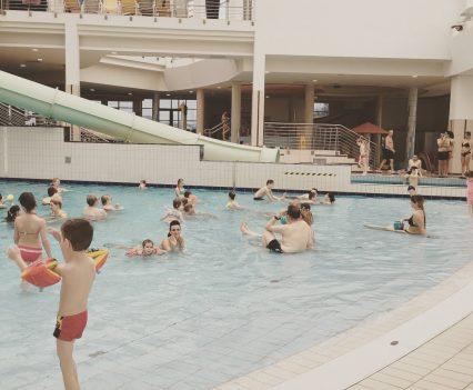 V rodinnej zážitkovej časti kúpelov Sárvár nájdete i tento bazén s umelými vlnami ako aj šmýkačky a tobogány rôzneho sklonu.