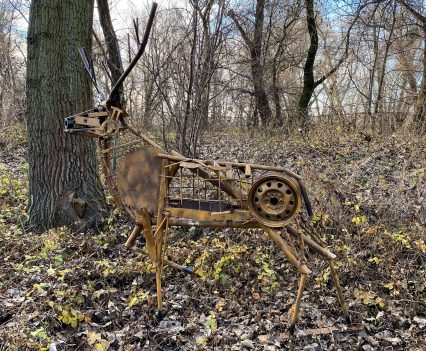 Jeleň v kovového šrotu