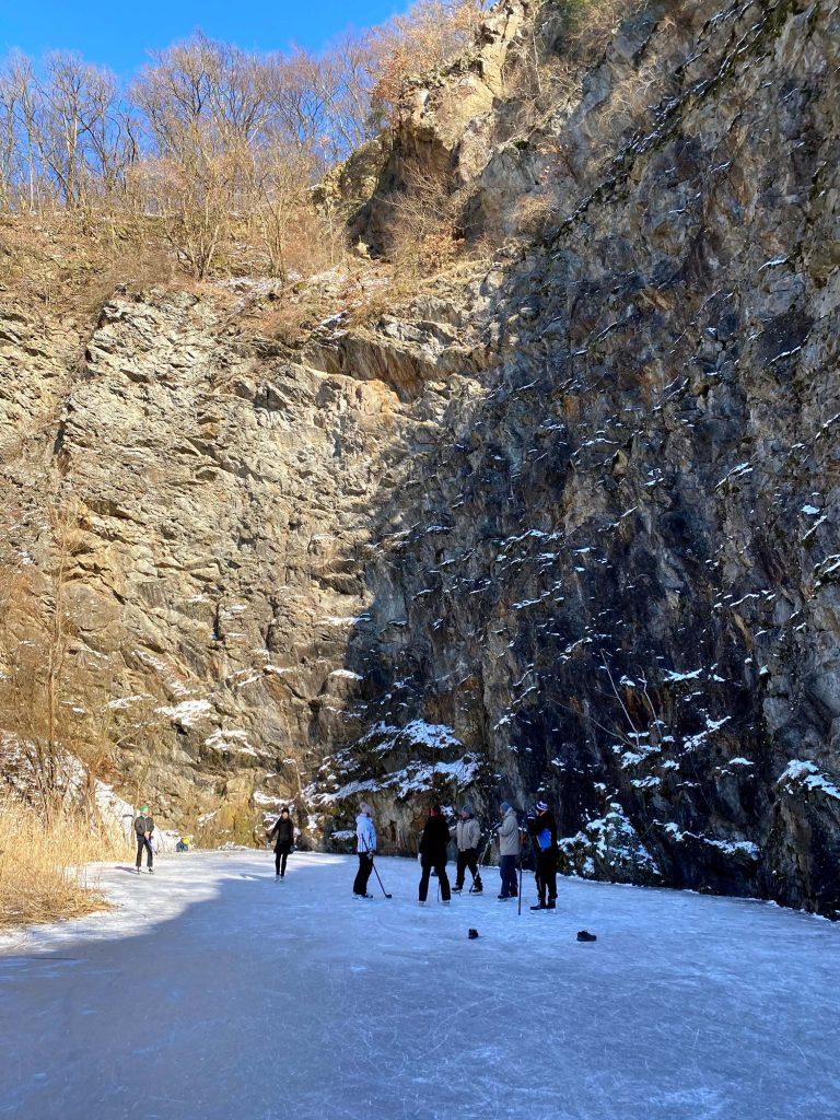 Zamrznuté jazierko pri kameňolome v Mariánke. Súvislý, pevný ľad obkolesený prírodou - ako stvorený pre rodiny a malých korčuliarov.